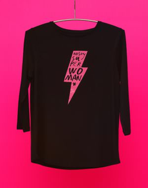 Camiseta Negra con RAYO, color Fucsia purpurina